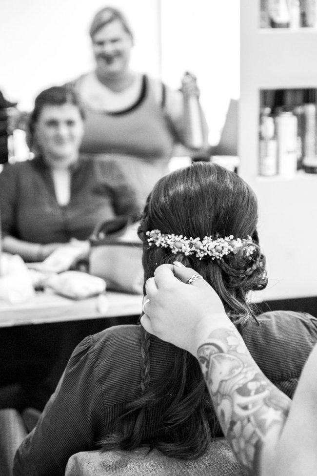 Braut beim Frisoer in Laa an der Thaya aufgenommen von Martin Thüringer Fotografie