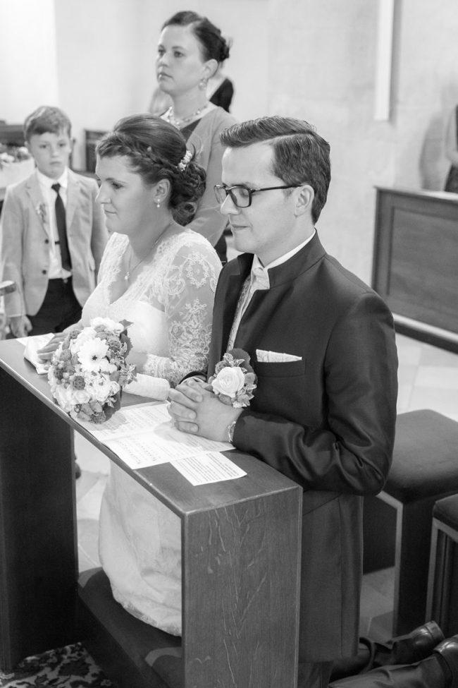 Brautpaar in der Kirche knieend vor dem Altar