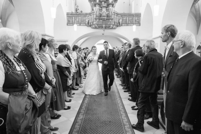 Braut kommt in die Kirche und wird zum Altar gefuehrt