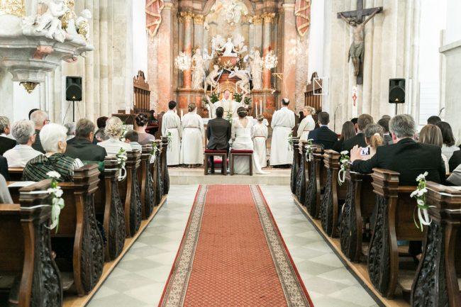 Trauung von einem Hochzeitspaar in der Stadtpfarrkirche in Laa an der Thaya im Weinviertel
